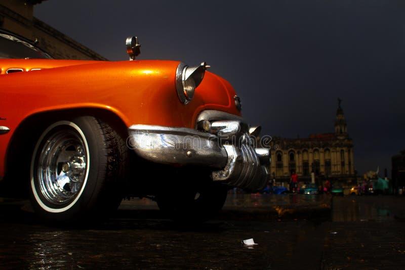 Gammal färgrik bil i gatan av Havana royaltyfria bilder