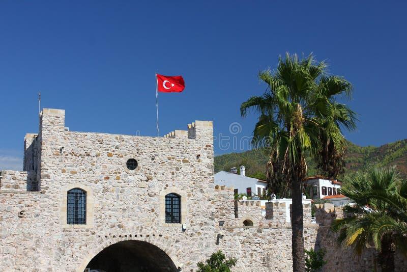 Gammal fästning i Marmaris Turkisk flagga över den huvudsakliga ingången av arkivbild