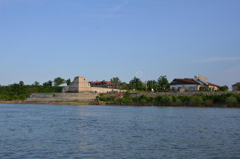 Gammal fästning på Danube River arkivfoto