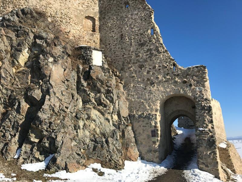 Gammal fästning Rupea i vintern - Rumänien fotografering för bildbyråer