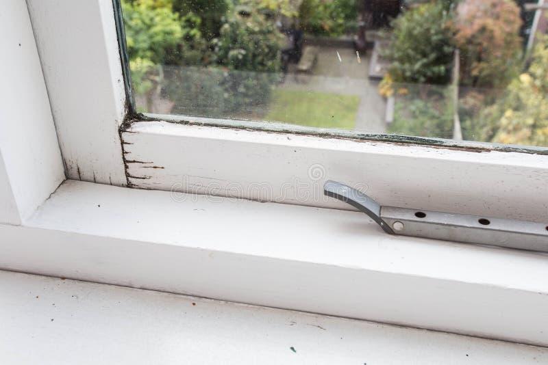 Gammal fönsterram för närbild, smutsigt, form och brutet arkivfoton