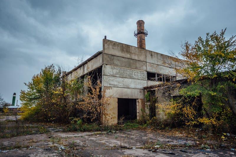 Gammal föråldrad förstörd konkret industribyggnad övergiven fabrik royaltyfria foton