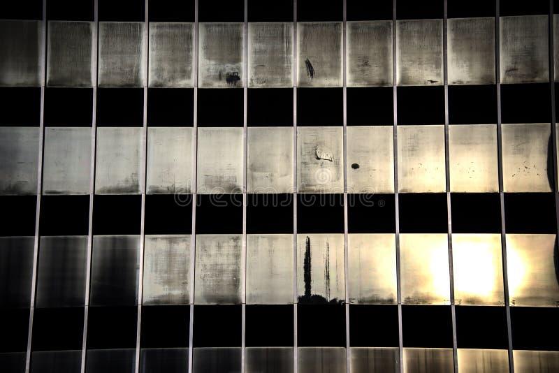 gammal försämras byggnad med exponeringsglasfönster fotografering för bildbyråer