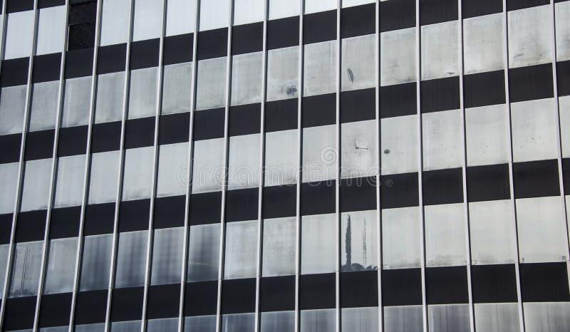 gammal försämras byggnad med exponeringsglasfönster arkivfoton