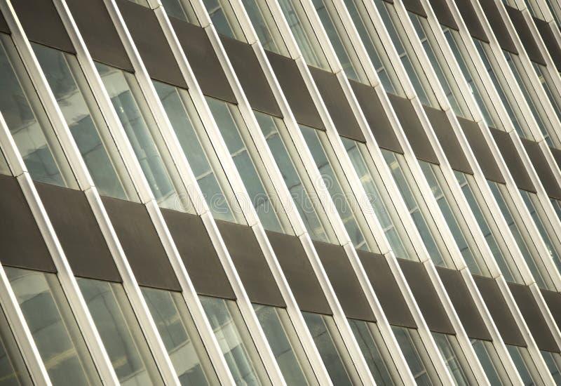 gammal försämras byggnad med exponeringsglasfönster royaltyfri foto