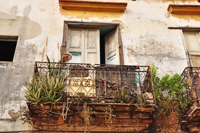 Gammal förstörd balkong med falska räcke center havana cuba fotografering för bildbyråer