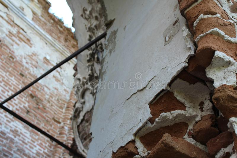 Gammal förstörd byggnad Fragment av arkitektur _ arkivbild