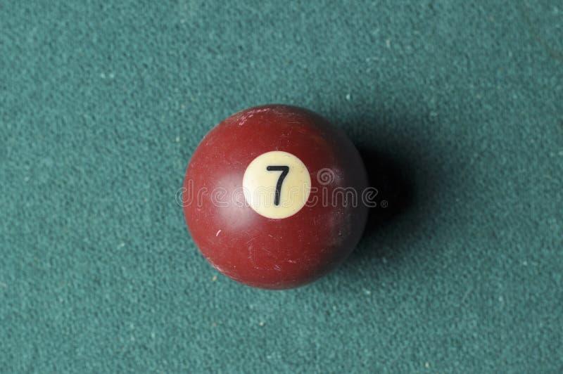 Gammal f?rg f?r brunt f?r nummer 7 f?r billiardboll p? den gr?na billiardtabellen, kopieringsutrymme royaltyfri bild