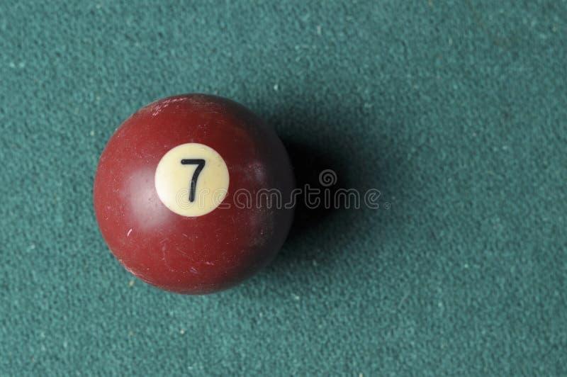 Gammal f?rg f?r brunt f?r nummer 7 f?r billiardboll p? den gr?na billiardtabellen, kopieringsutrymme fotografering för bildbyråer
