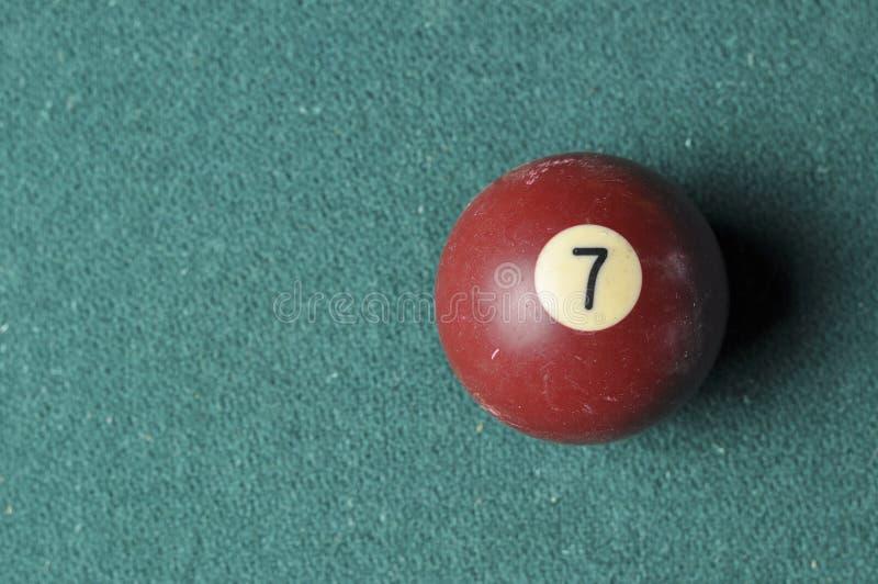 Gammal f?rg f?r brunt f?r nummer 7 f?r billiardboll p? den gr?na billiardtabellen, kopieringsutrymme royaltyfri foto