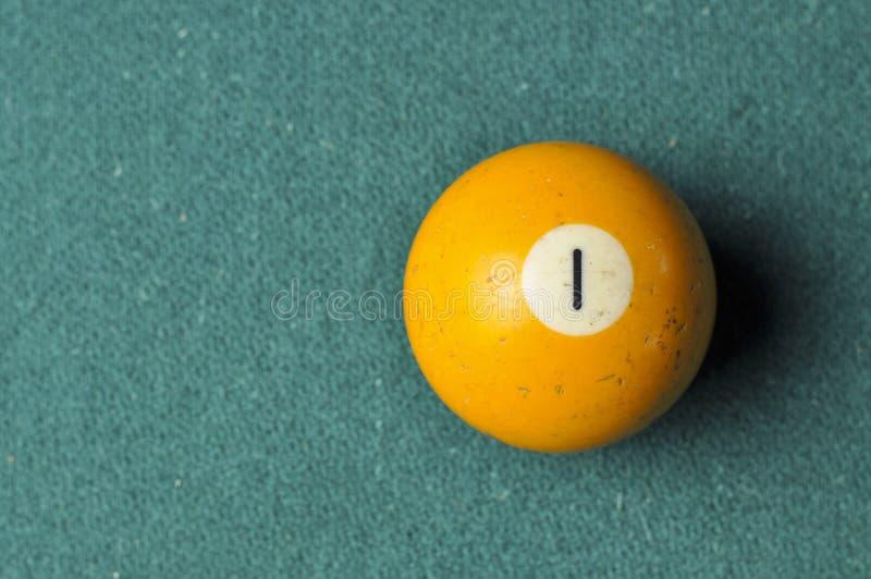 Gammal f?rg f?r guling f?r nummer 1 f?r billiardboll p? den gr?na billiardtabellen, kopieringsutrymme royaltyfri fotografi