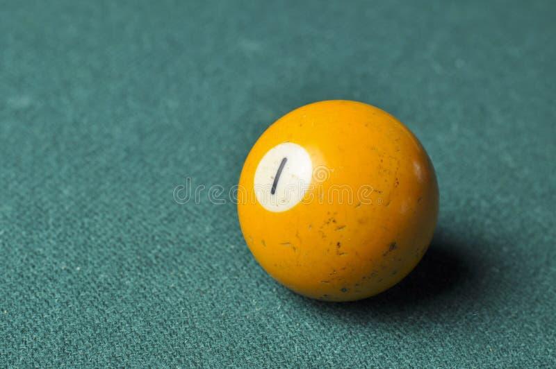 Gammal f?rg f?r guling f?r nummer 1 f?r billiardboll p? den gr?na billiardtabellen, kopieringsutrymme arkivbild