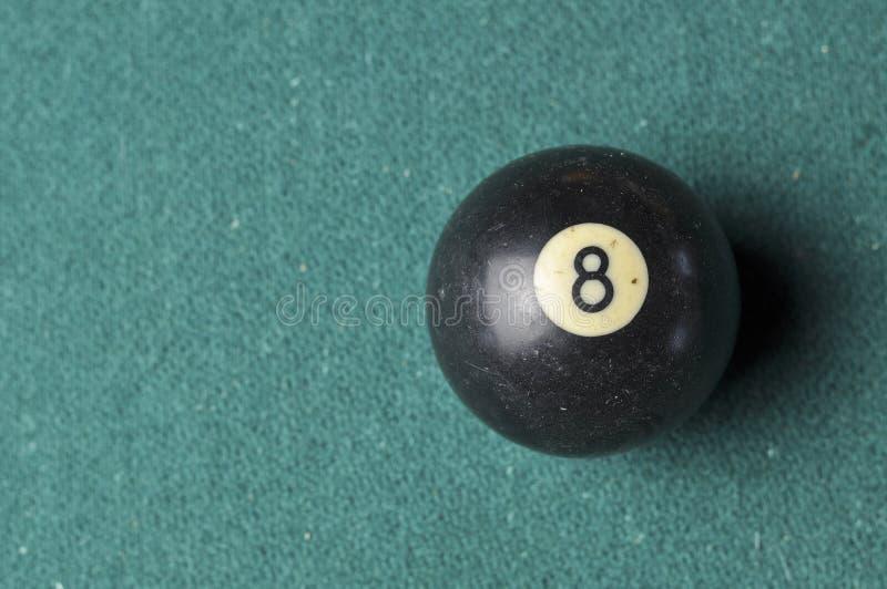 Gammal f?rg f?r svart f?r nummer 8 f?r billiardboll p? den gr?na billiardtabellen, kopieringsutrymme royaltyfria bilder