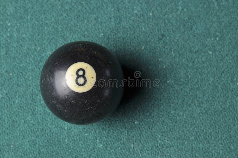 Gammal f?rg f?r svart f?r nummer 8 f?r billiardboll p? den gr?na billiardtabellen, kopieringsutrymme arkivbild
