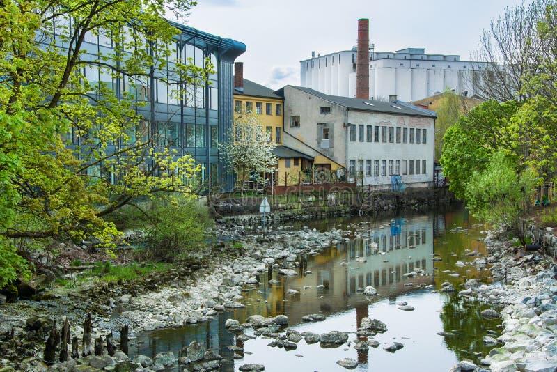 Gammal fabrik i mossa, Norge arkivbild