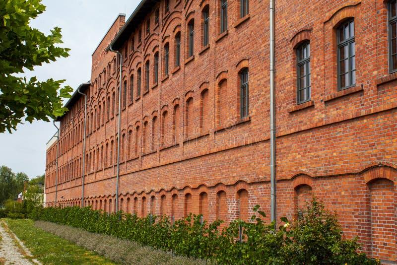 Gammal fabriksbyggnad som göras av tegelsten royaltyfria bilder