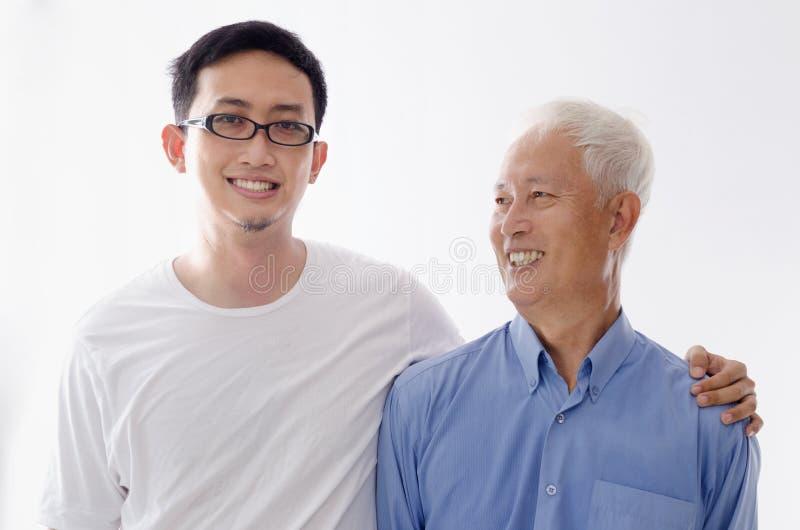 Gammal fader och son royaltyfria bilder