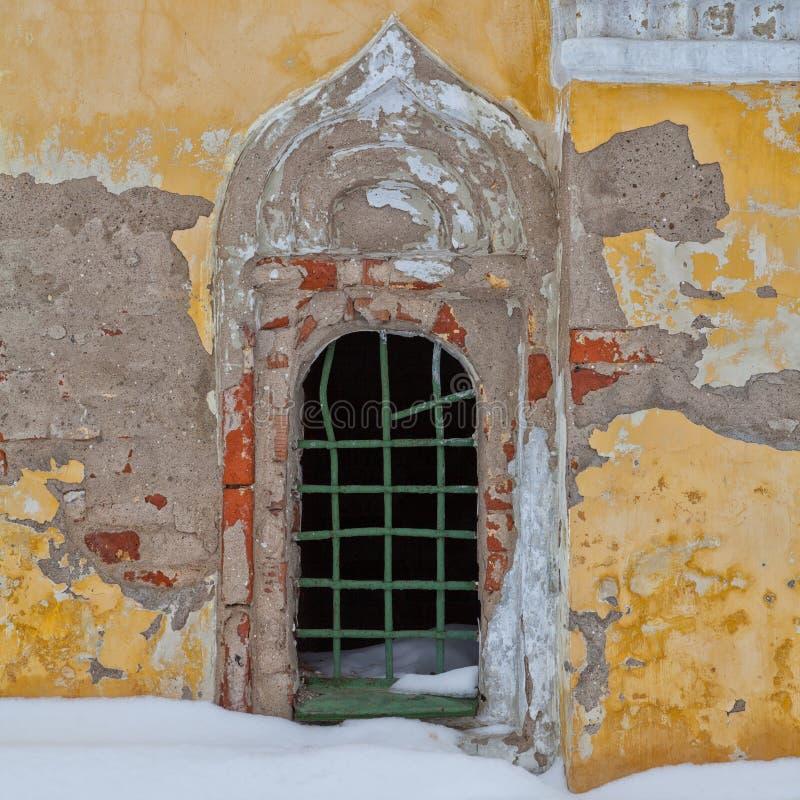 Gammal fasad med fönstret arkivfoto
