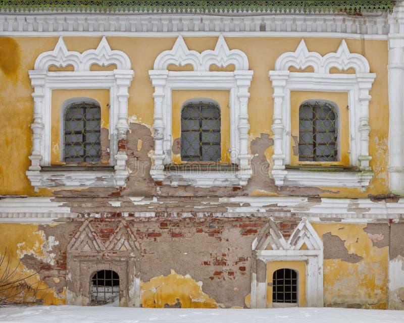 Gammal fasad med tre fönster fotografering för bildbyråer