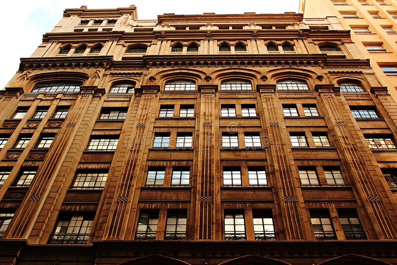 Gammal fasad och dess glass fönster arkivfoto