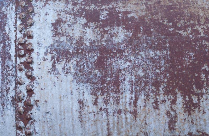 Gammal fastnitad rostig metallbakgrund royaltyfri foto