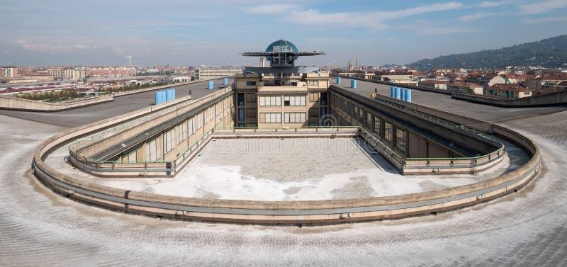 Gammal Fiat fabrik i Turin Italien som byggs i 20-tal På taket finns är det original- provspåret fortfarande och öppet till allmä royaltyfri foto