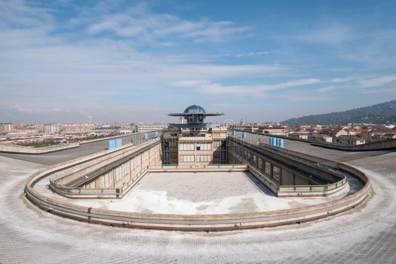 Gammal Fiat fabrik i Turin Italien som byggs i 20-tal På taket finns är det original- provspåret fortfarande och öppet till allmä arkivbilder