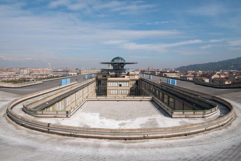 Gammal Fiat fabrik i Turin Italien som byggs i 20-tal På taket finns är det original- provspåret fortfarande och öppet till allmä royaltyfri fotografi