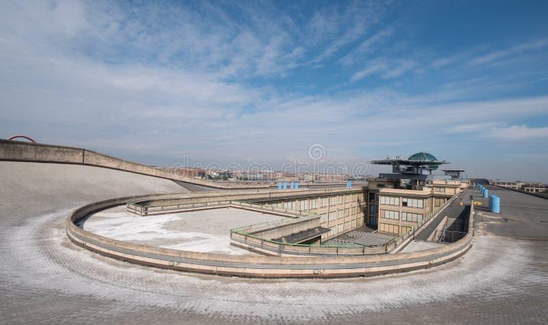 Gammal Fiat fabrik i Turin Italien som byggs i 20-tal På taket finns är det original- provspåret fortfarande och öppet till allmä royaltyfri bild