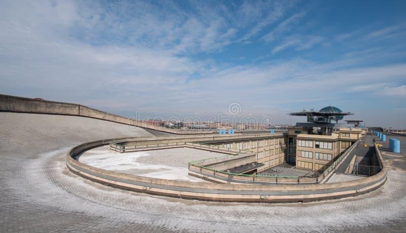 Gammal Fiat fabrik i Turin Italien som byggs i 20-tal På taket finns är det original- provspåret fortfarande och öppet till allmä arkivbild