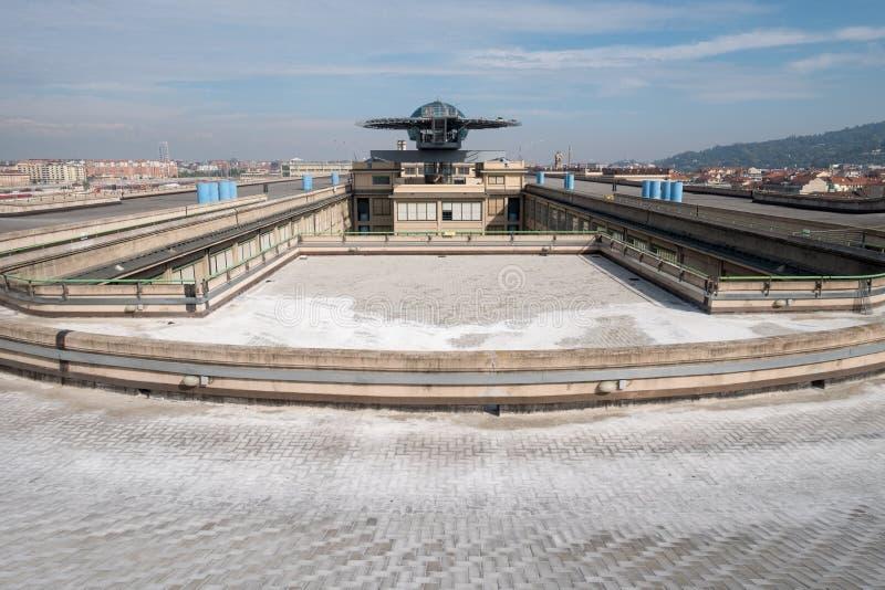 Gammal Fiat fabrik i Turin Italien som byggs i 20-tal På taket finns är det original- provspåret fortfarande och öppet till allmä arkivfoton