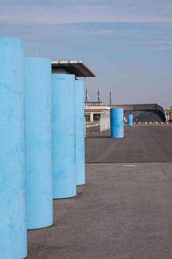 Gammal Fiat fabrik i Turin Italien som byggs i 20-tal På taket finns är det original- provspåret fortfarande och öppet till allmä royaltyfria foton