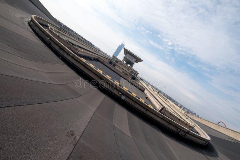 Gammal Fiat fabrik i Turin Italien som byggs i 20-tal På taket finns är det original- provspåret fortfarande och öppet till allmä fotografering för bildbyråer