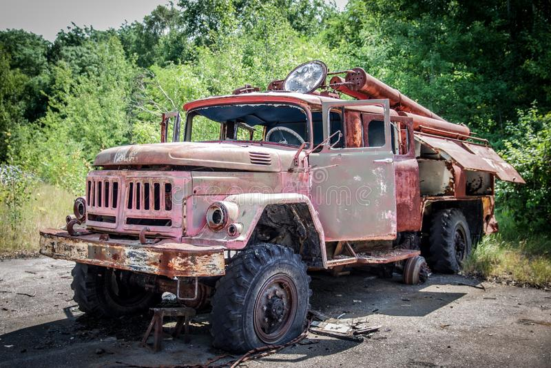 Gammal firetruck som överges i den Tjernobyl zonen royaltyfri bild