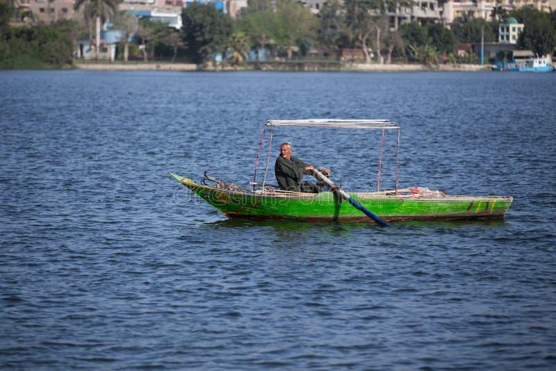 Gammal fiskare på Nile River i Egypten arkivfoto