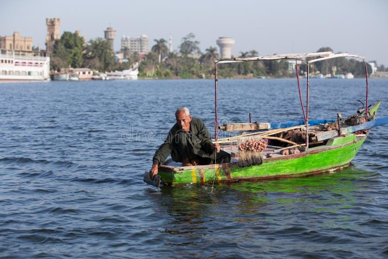 Gammal fiskare på Nile River i Egypten royaltyfria bilder