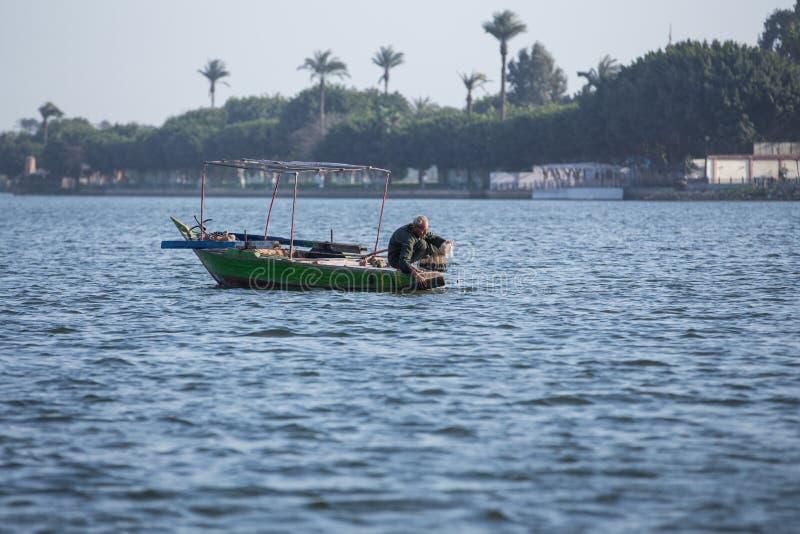 Gammal fiskare på Nile River i Egypten arkivfoton
