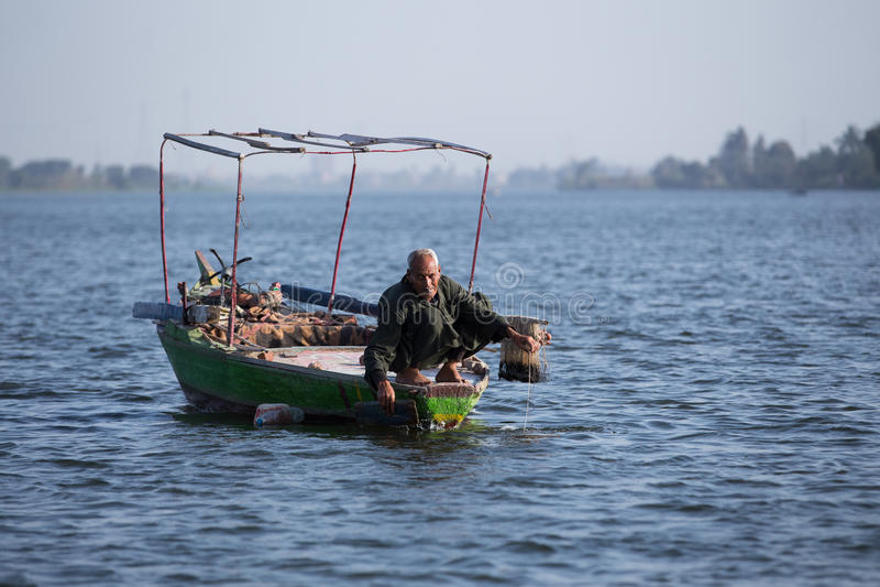 Gammal fiskare på Nile River i Egypten arkivbilder