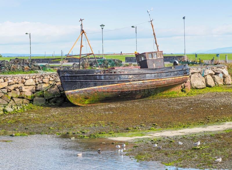 Gammal fiskebåt i Galway royaltyfri bild