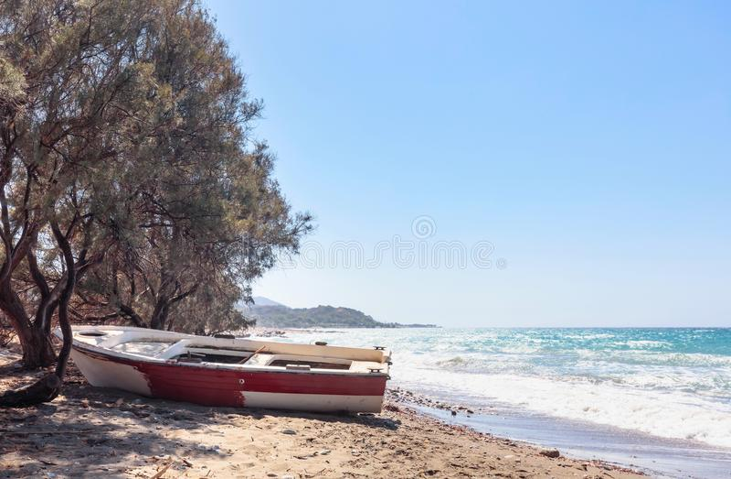 Gammal fiskebåt på en strand av medelhavet royaltyfri bild