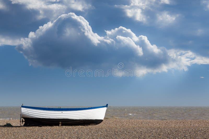 Gammal fiskebåt på Pebble Beach royaltyfria foton