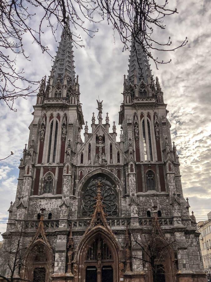 Gammal forntida medeltida grå kuslig läskig katolik, ortodox gotisk kyrka med spiers Europeisk arkitektur arkivfoto