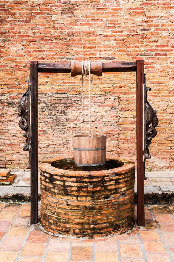 Gammal forntida tappning för trä för vattenhink royaltyfri fotografi