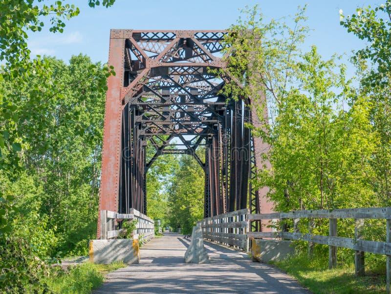 Gammal fot- bro över järnvägen, Chicoutimi, Saguenay, Quebec, Kanada arkivfoton