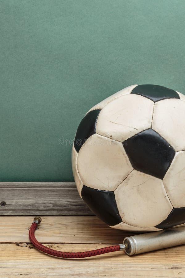 gammal fotboll f?r boll royaltyfri bild