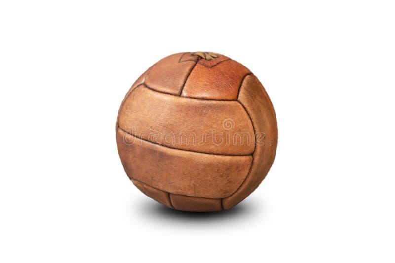Gammal fotbollboll som isoleras p? vit bakgrund arkivbilder