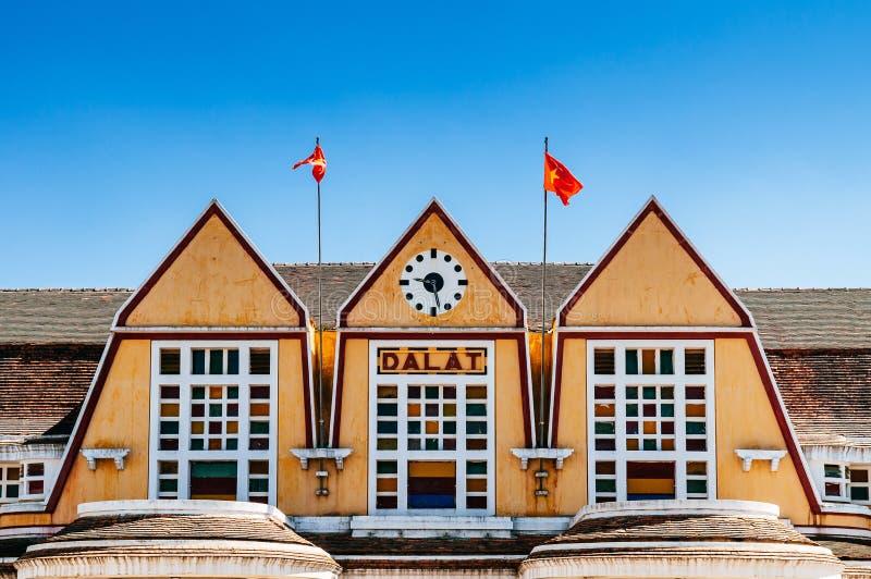 Gammal fransk kolonial arkitektur för Dalat drevstation - Vietnam royaltyfri foto