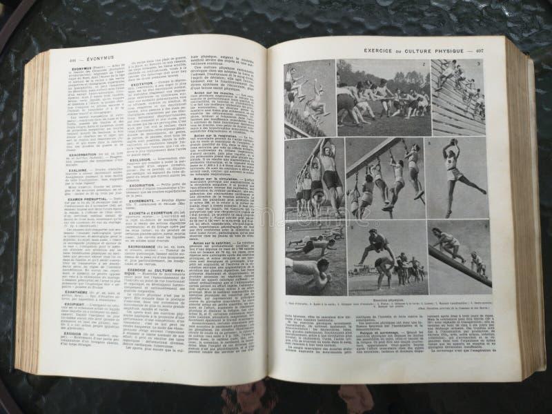 Gammal fransk medicinsk bok med illustrationer royaltyfri bild
