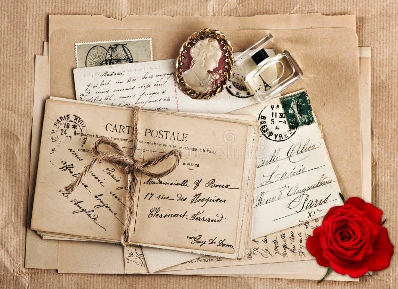 Gammal fransk vykort och rosblomma fotografering för bildbyråer
