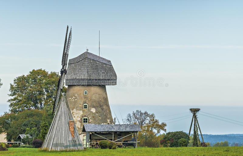 Gammal funktionsduglig väderkvarn i den Araishi byn nära Cesis, Lettland royaltyfria foton
